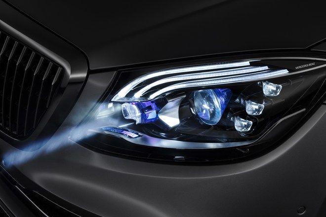 Mercedes svetlami premieta obraz na cestu