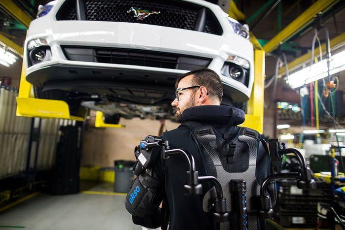 Robotická vesta pomáha človeku. Takto pracujú v továrni Ford