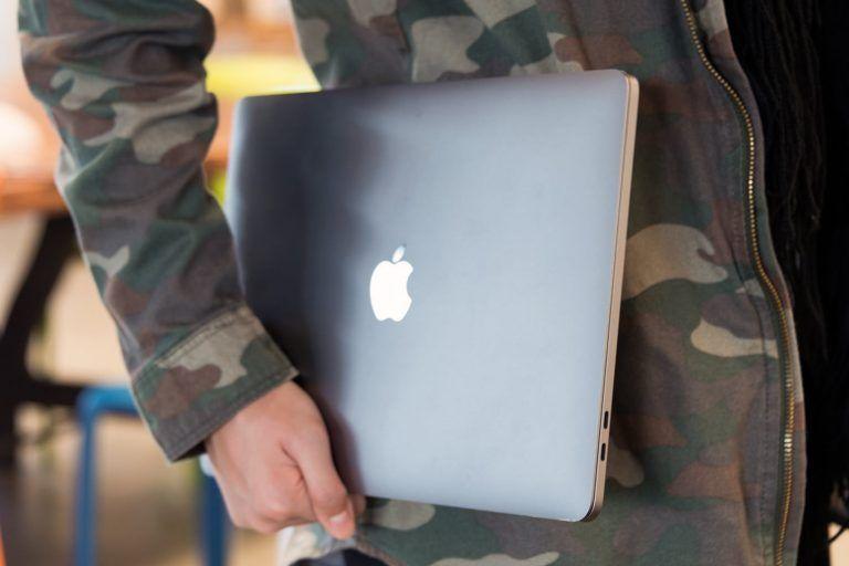 Apple blokuje neautorizované opravy niektorých počítačov.