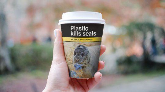 Na PET fľašiach rovnaké nápisy a obrázky ako na cigaretách